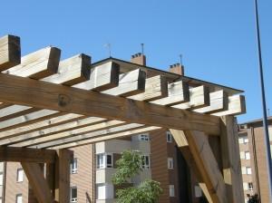 Deterioro de una pérgola de madera tratada de pino