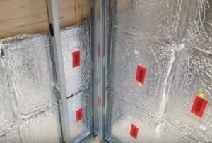 Trasdosado con paneles de aerogel tras la fachada de una caseta de madera